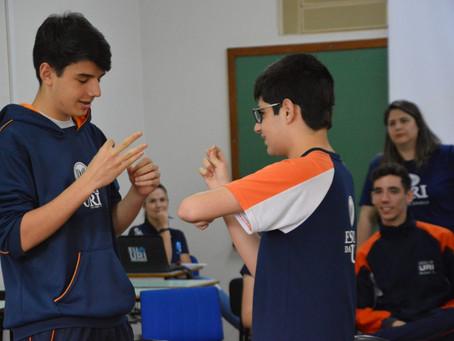 Reflexão: alunos da Escola da URI experimentam o cotidiano de pessoas com deficiência