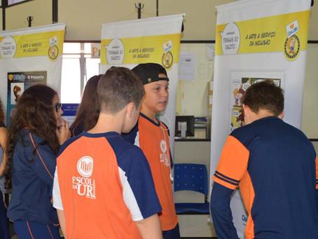 """Escola da URI recebeu a exposição  itinerante """"Tirinhas do Dauzito: A arte a serviço da inclusão"""""""