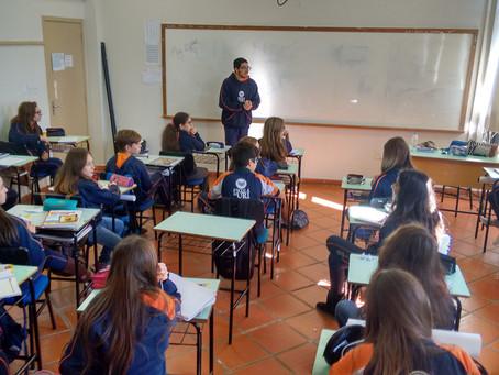 Aluno do 2º ano da Escola da URI relata para o 7º ano a experiência de viver e estudar na África do