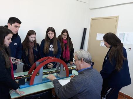 Alunos da Escola da URI realizaram experimentos de Hidrostática.