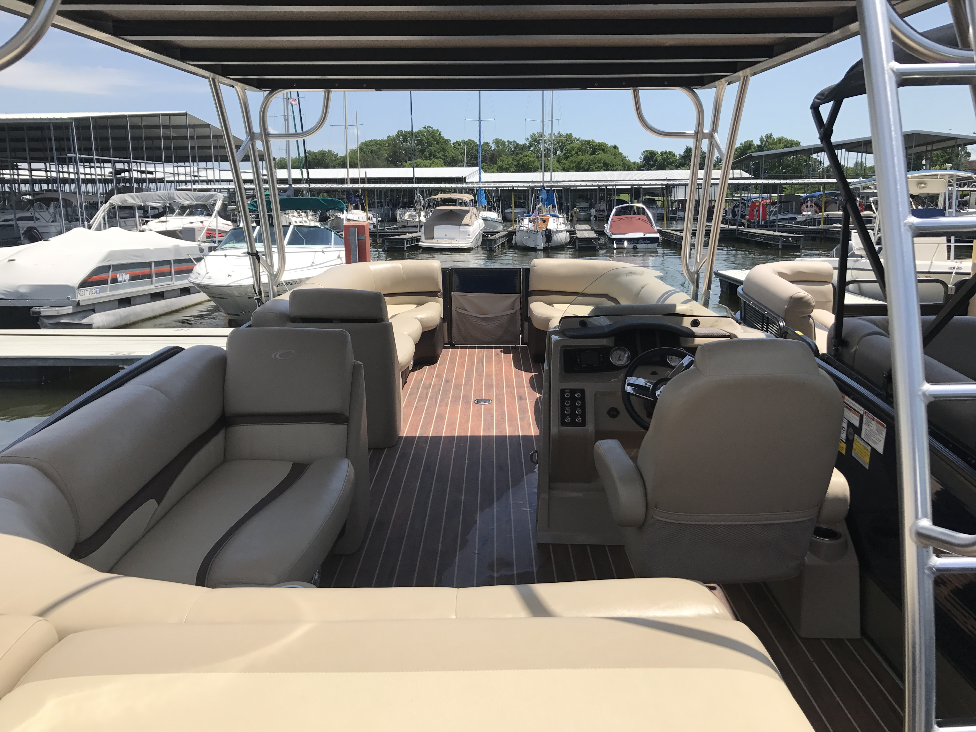 27 ft  full interior rental boat
