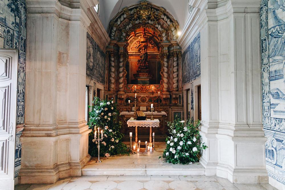Capela no interior da Quinta do Torneiro cheia de azulejos portugueses e historia de Portugal