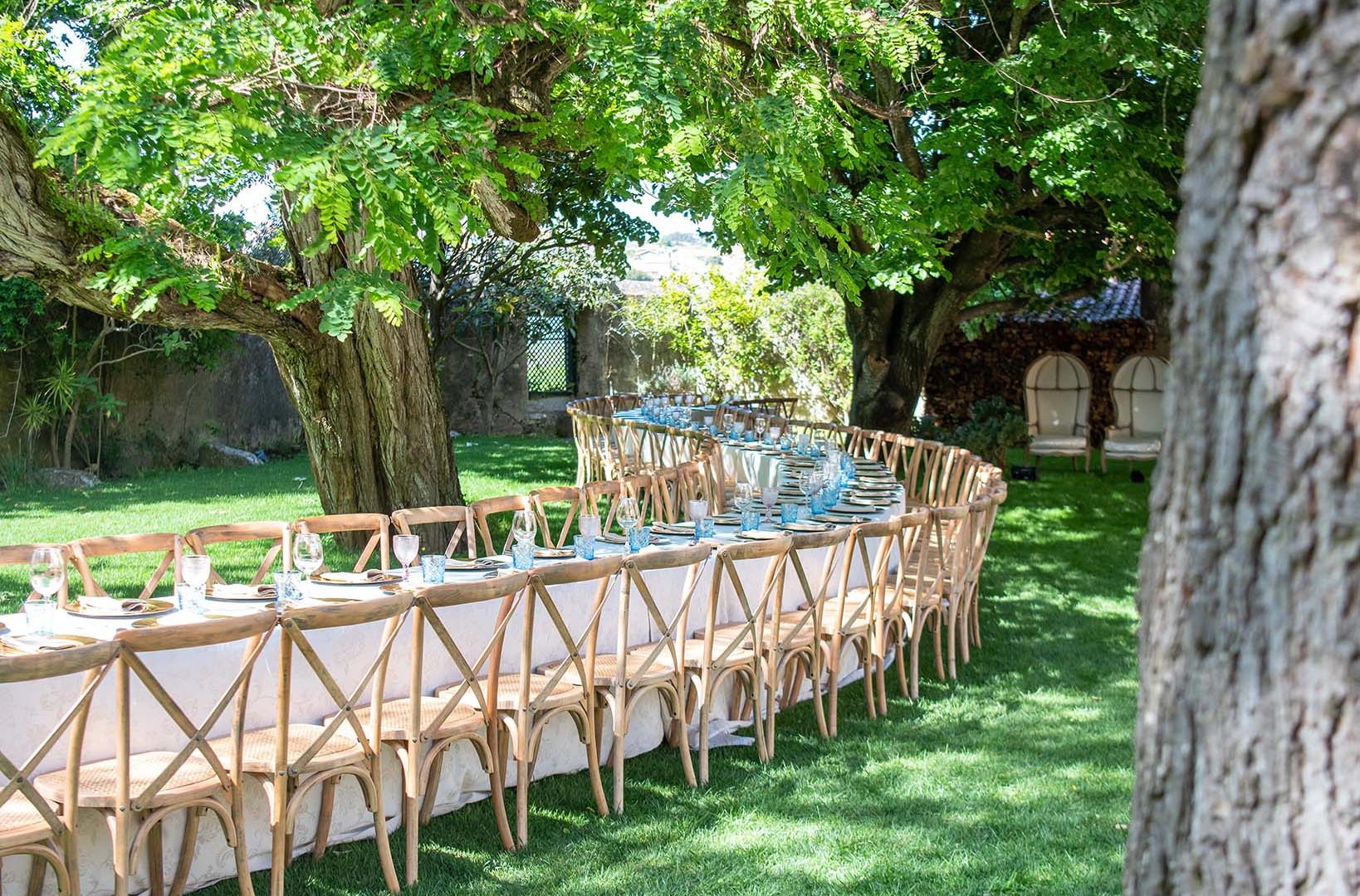 Mesa onda no jardim da Quinta do Torneiro