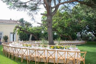 Mesa onda de casamento no jardim do Pátio da Quinta do Torneiro