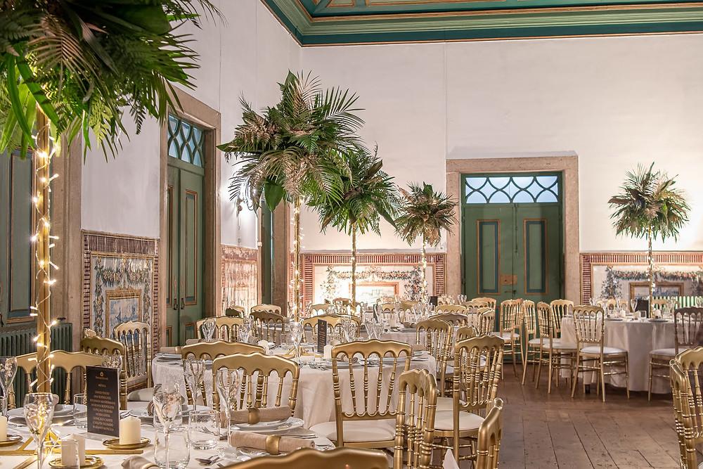 Jantar na sala nobre da Quinta do Torneiro com arranjos verdes altos e luzes led