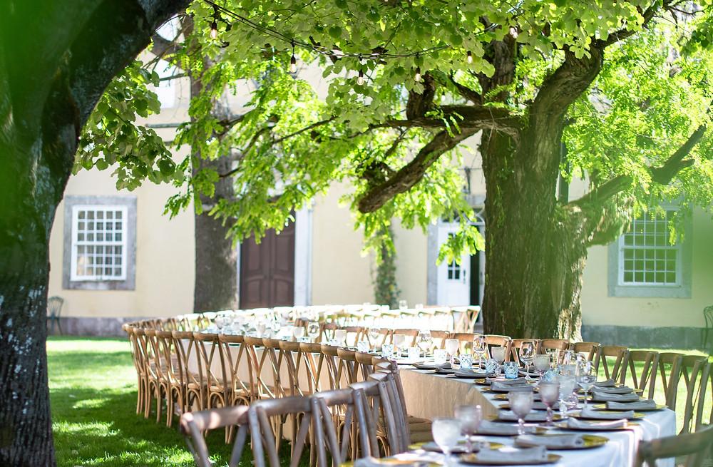 Mesa longa em formato de onda na celebração de um casamento no exterior na Quinta do Torneiro