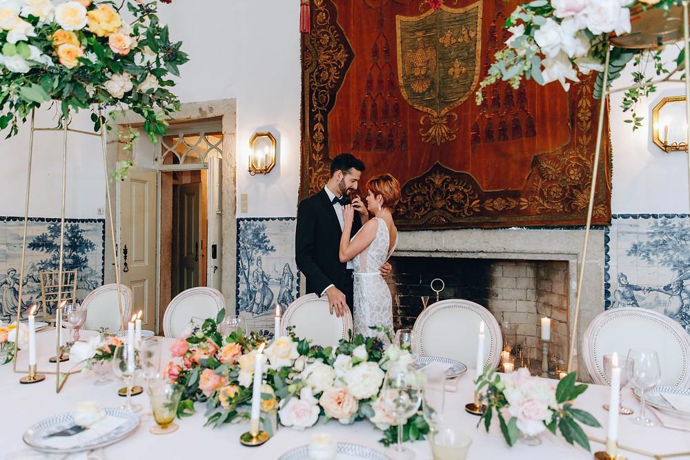 Noivos na Quinta do Torneiro com decoracao rustica para casamento em Portugal
