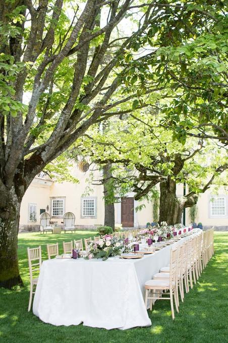 Een tafel vol charme en elegantie aangekleed voor een speciaal evenement onder de massieve boom van Quinta do Torneiro in Lissbon, Portugal