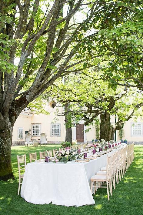 Mijn destinatin wedding. Mooie tafel met bloemen in het midden. Quintado Torneiro, Lissabon
