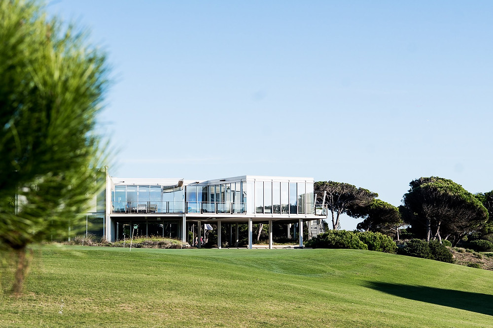 The Oitavos is the best golf course in Portugal and the perfect golf wedding venue. It has an modern hotel with a pool and a pool table overlooking the course and the Atlantic ocean