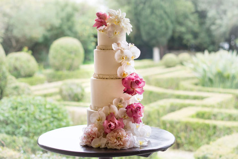 Pink wedding cake inspiration. Wedding cake with flowers at Quinta do Torneiro. My destination wedding in Portugal.