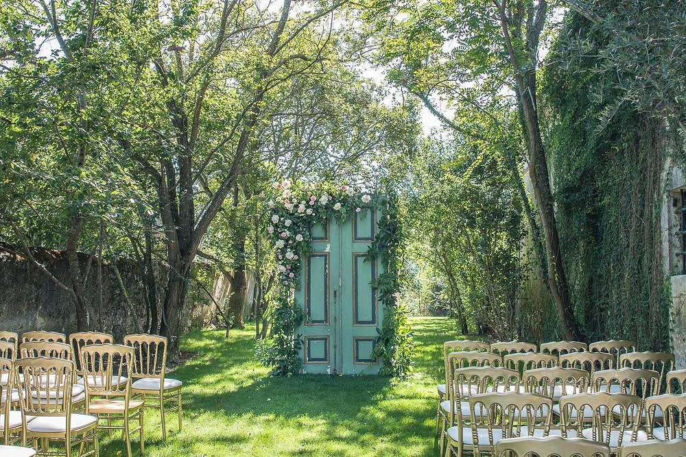 Cerimónia rústica de casamento com porta verde e flores, cadeiras douradas na Quinta do Torneiro Lisboa