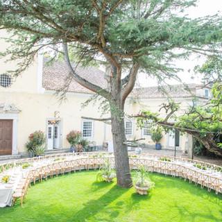 Mesa onda no jardim da Quinta do Torneir