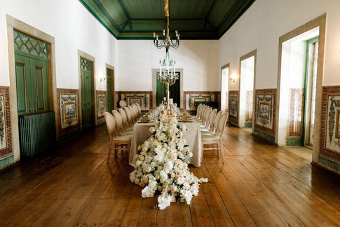 Classic and elegant wedding table in the Noble Room of Quinta do Torneiro in Portugal.