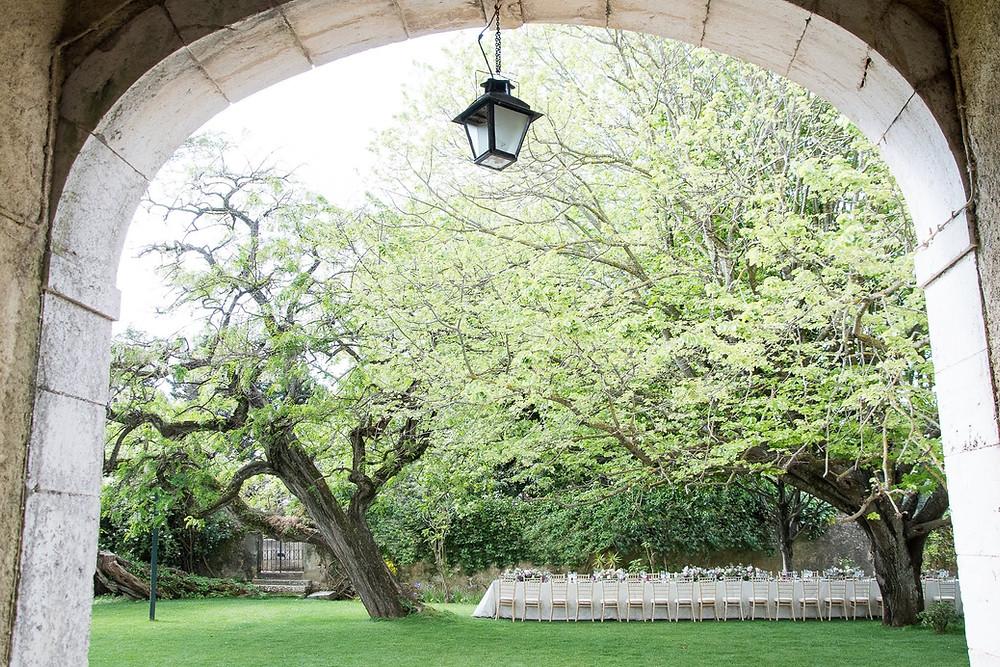 Almoço de casamento em mesa longa no jardim do pátio da Quinta do Torneiro