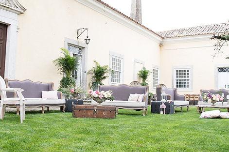 Knus en luxe lounge set up bij Quinta do Torneiro voor uw destination wedding in Lissabon, Portugal