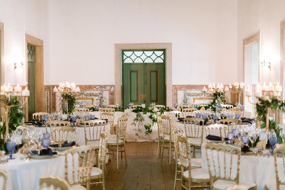 Jantar de casamento com mesas redondas e tons de azul no salão bobre da Quinta do Torneiro
