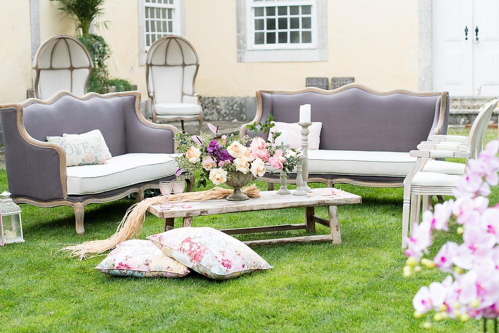 Cocktail de casamento na Quinta do Torneiro com sofás, cadeiras e almofadas coloridas