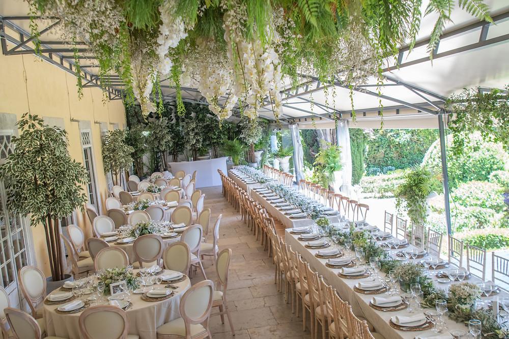 Jantar de casamento no terraço coberta da Quinta do Torneiro com vários ipos de mesa