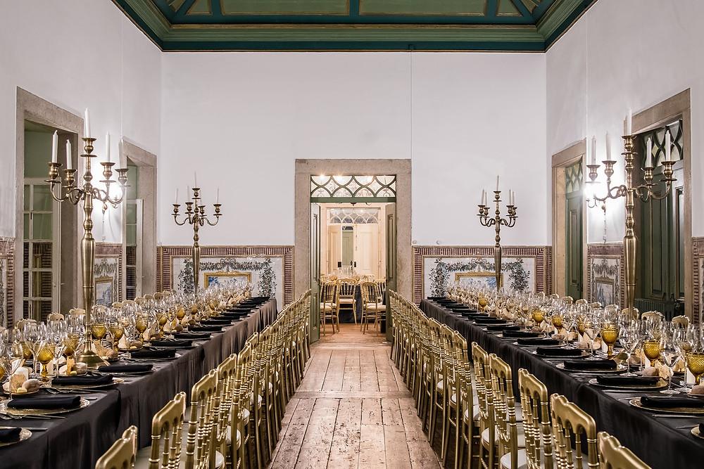 mesa longa com toalhas pretas e tons douradas para jantar de gala na Quinta do Torneiro