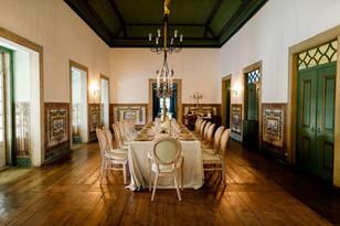 Jantar de empresa com mesa longa na sala verde da Quinta do Torneiro