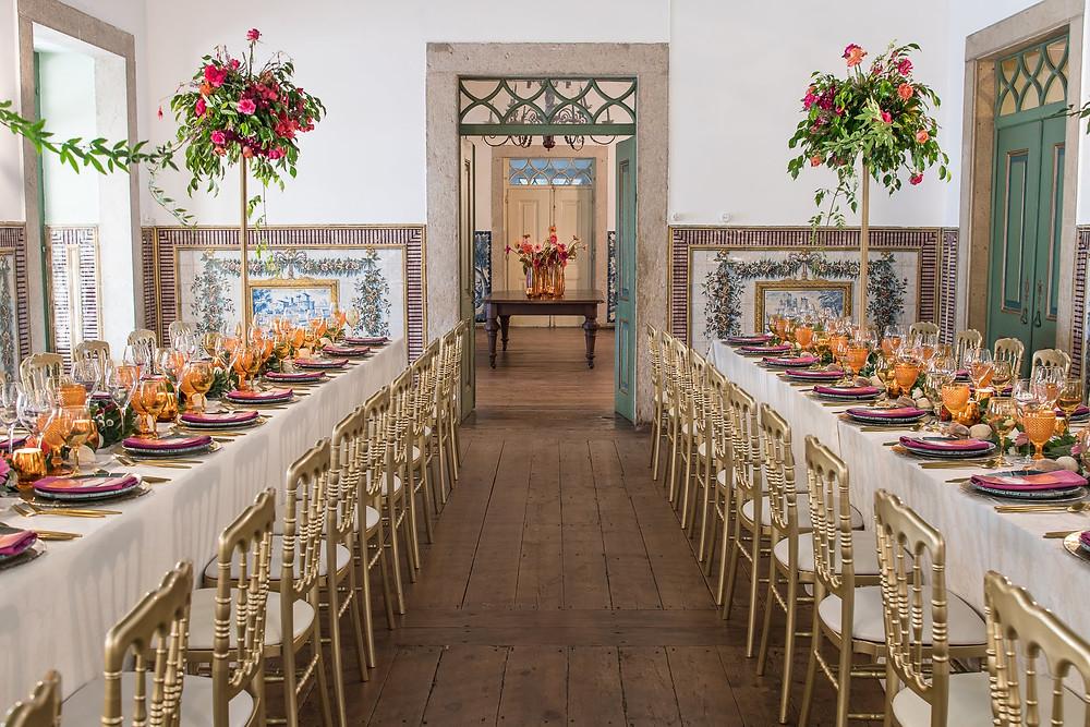 Jantar de festa de casamento no salão nobre decorado com 2 mesas longas e cheio de cores coloridas