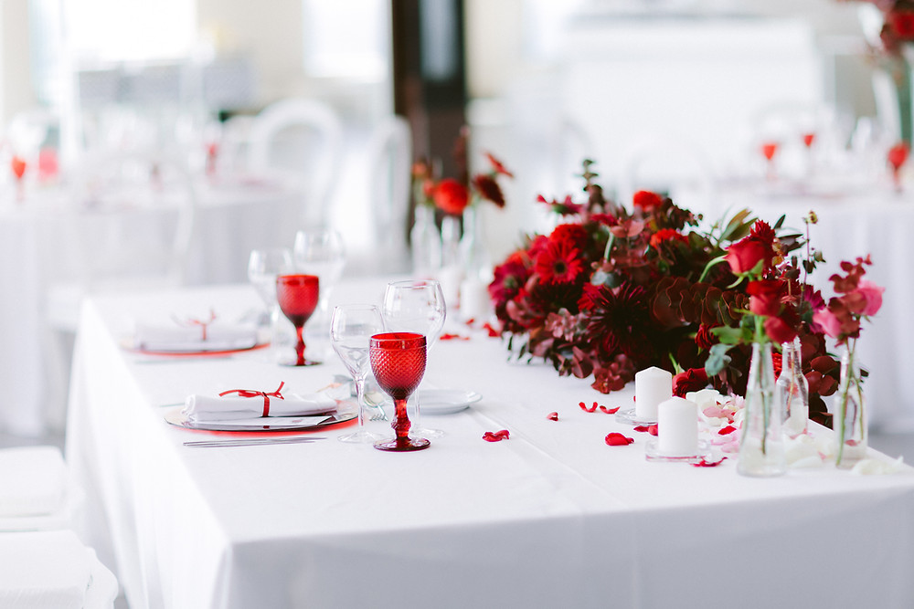 Nital and Varun selected Royal Red at their Wedding Color Palette: Red Petals, Red Flowers, Red Printed Menus and Red Details. The Couple, the Wedding Venue Arriba by the Sea and Lisbon Wedding Planner worked together to achieve such honored result.