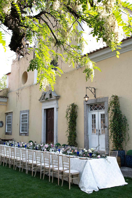 um casamento mini wedding intimo na Quinta do Torneiro com uma mesa longa no jardim da casa