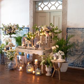Mesa de doces na Quinta do Torneiro com azulejos portugueses