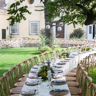 Lange tafel voor een unieke bruiloft georganiseerd door Lisbon Wedding Planner op een unieke locatie: Quinta do Torneiro in Lissabon, Portugal.