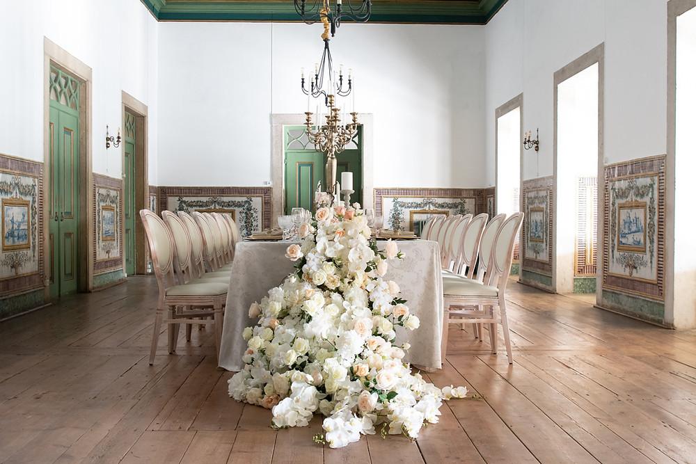 Jantar de casamento no salão nobre com textos verde e azulejos na Quinta do Torneiro