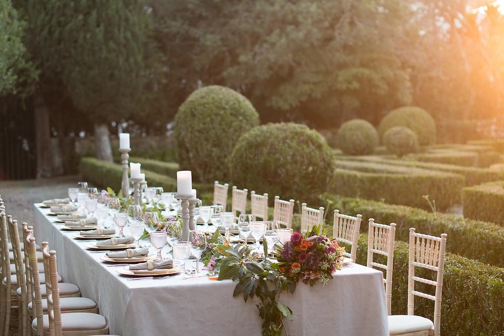 Mesa com tons pasteis no jardim frances da Quinta do Torneiro em Portugal