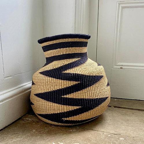 Zig zag woven basket Black and natural