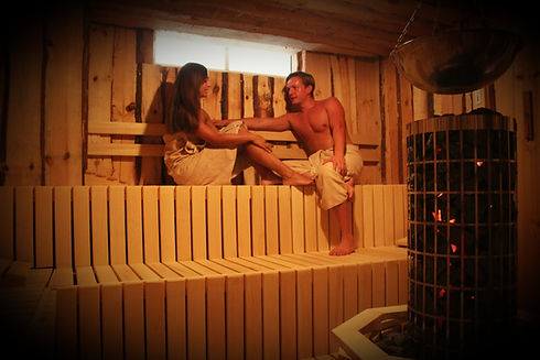 Zwei Menschen in der Sauna