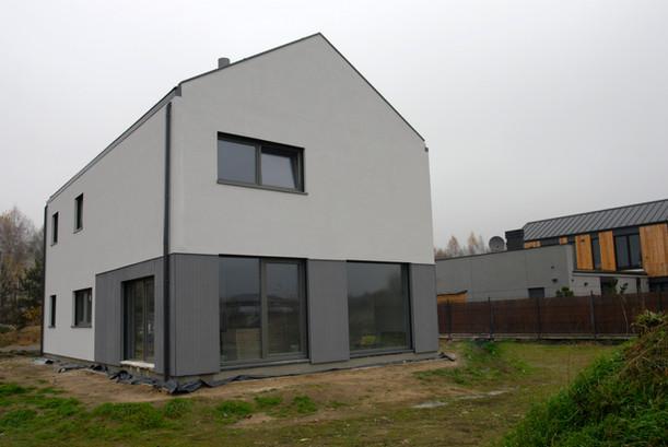 House-W widok z ogrodu w kontekście
