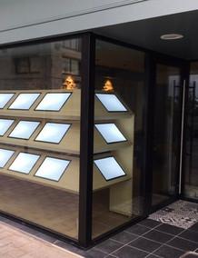 Présentoir interactif design pour agence immobilière