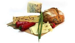 Foto de pão com queijos varidos