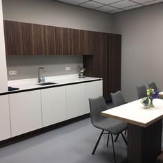keuken bedrijfskantine - bijpassende bank en tafels