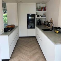 Mat witte keuken met Beton Satin keramiek blad