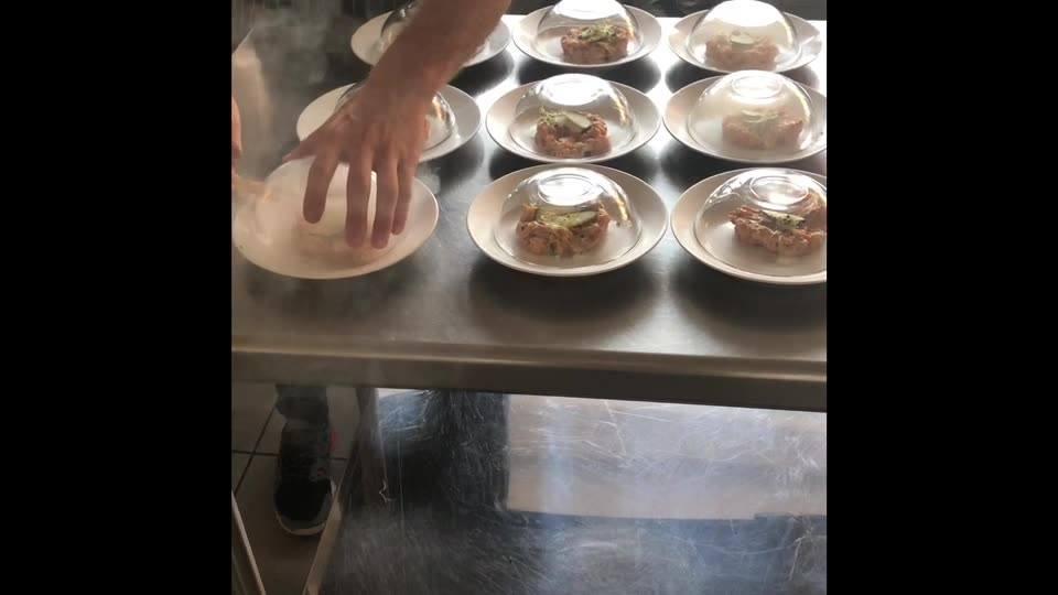 Pour tous vos événements pensez à nos animations culinaires . Tartare de saumon fumé au bois de hêtre  // la tête d'or traiteur //