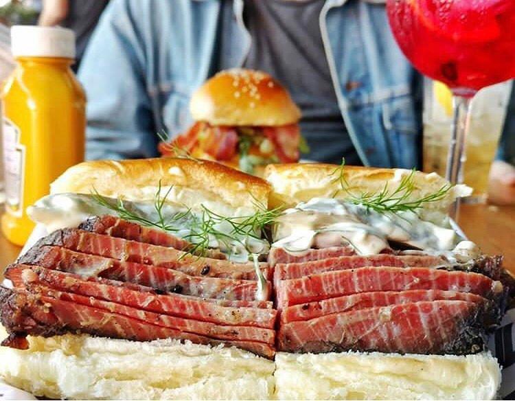 Sanduiche de pastrami do Z Deli Sandwich Shop