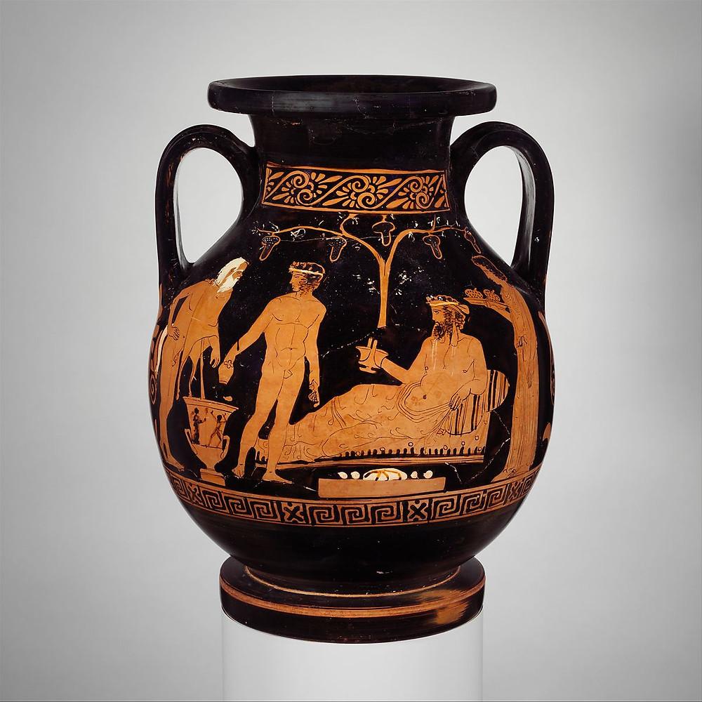 Dionisio comendo pão, frutas e tomando vinho. Jarra grega de Terracotta, c. 420–410 a.C.