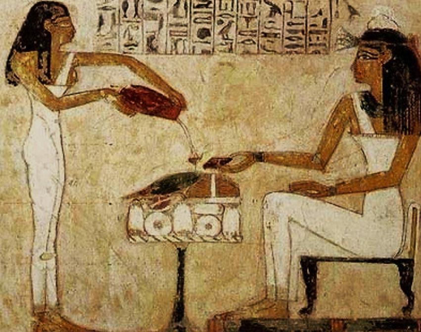 Pintura de mulher egípcia sendo servida de cerveja