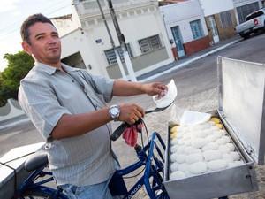 Vendedor de cuscuz com seu tabuleiro em Maceió. Foto: Jonathan Lins/G1
