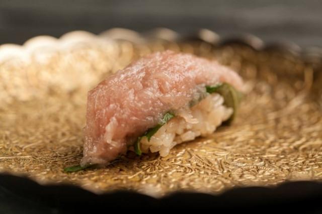 Niguiri de atum com shissô do Kan Suke   Foto: Codo Meletti / Estadão