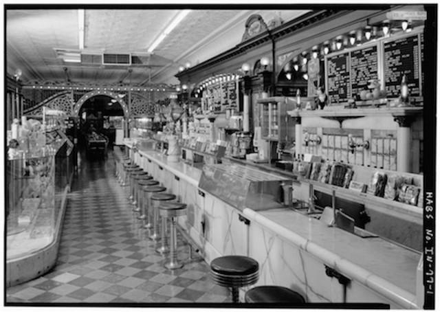 """Loja de Soda """"Soda Fountain Shop""""em 1920"""