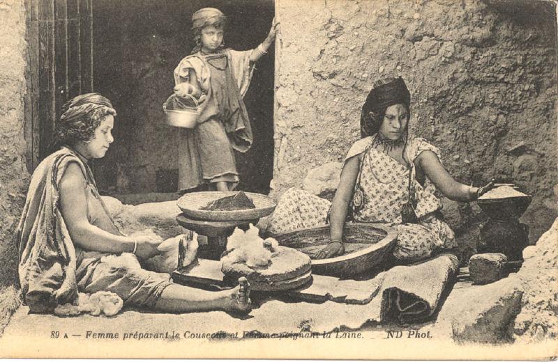 Mulher preparando o Couscous. Foto Argélia durante o período colonial.