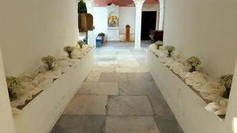Διακόσμηση ναού με βαζάκια από χαμομήλι