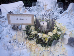 Τραπέζι γάμου με λεβάντα και λευκά άνθη