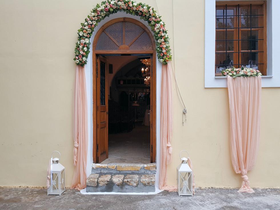 Γάμος στην Αρμάτα σε λευκό - σομόν
